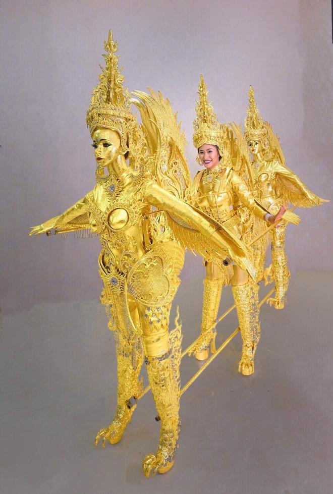 Với trang phục dân tộc có 1-0-2 này, hoa hậu Lào sẽ di chuyển, đứng ngồi ra sao Ảnh 1