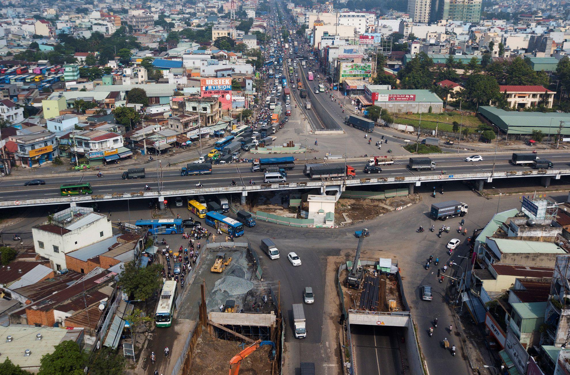 Cuối năm, lô cốt lại mọc lên khắp đường Sài Gòn Ảnh 15