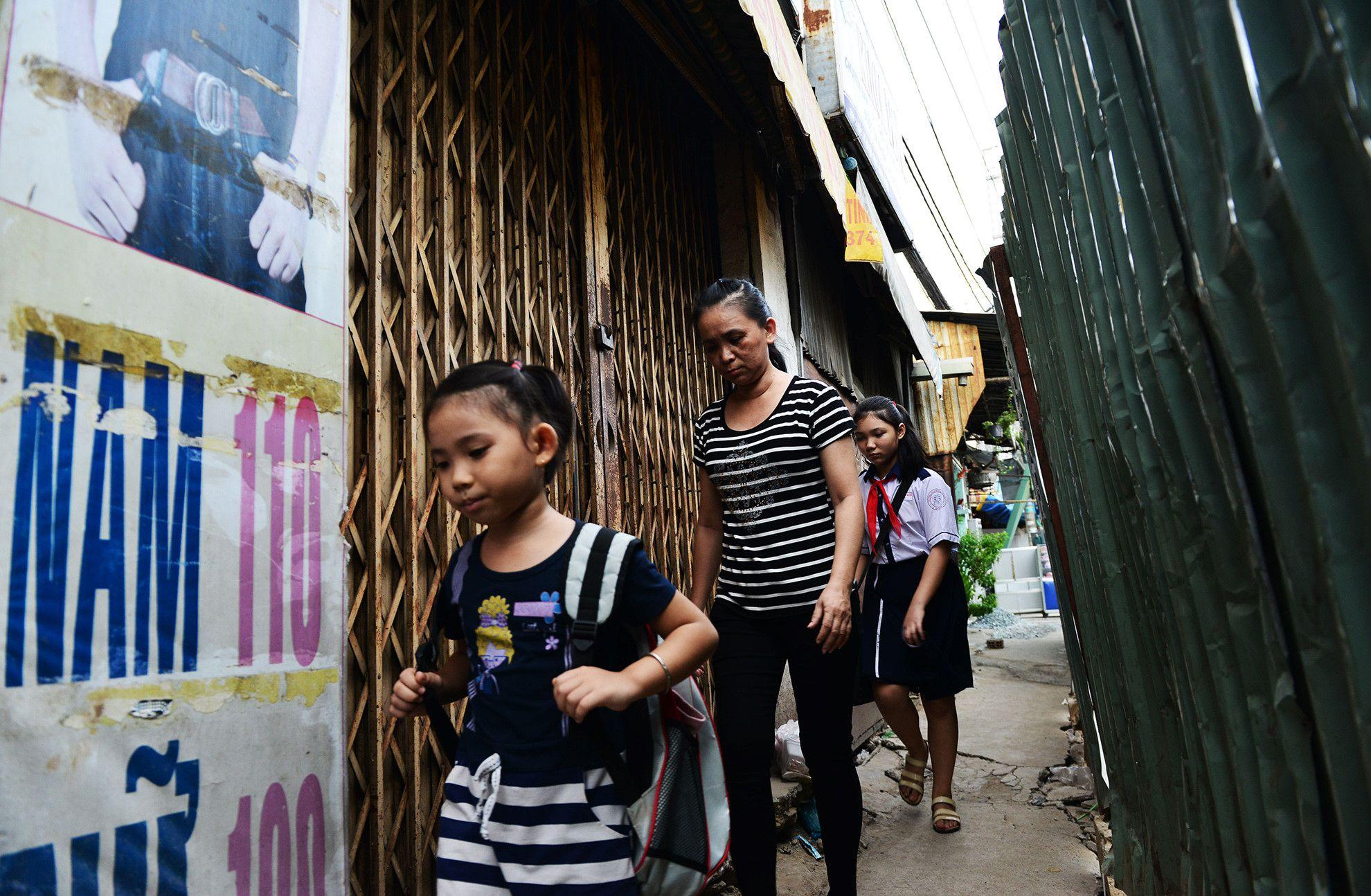 Cuối năm, lô cốt lại mọc lên khắp đường Sài Gòn Ảnh 4