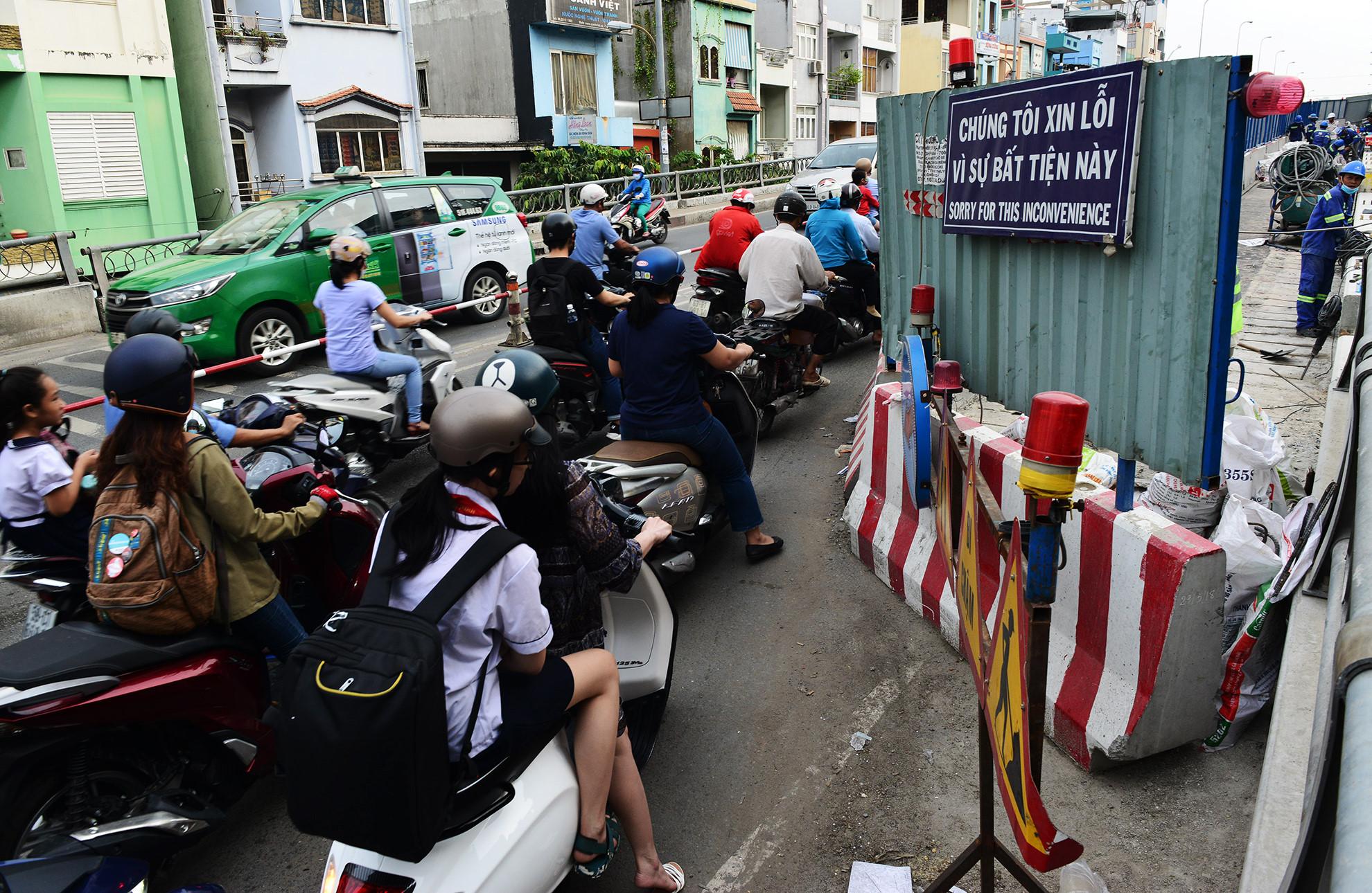 Cuối năm, lô cốt lại mọc lên khắp đường Sài Gòn Ảnh 10