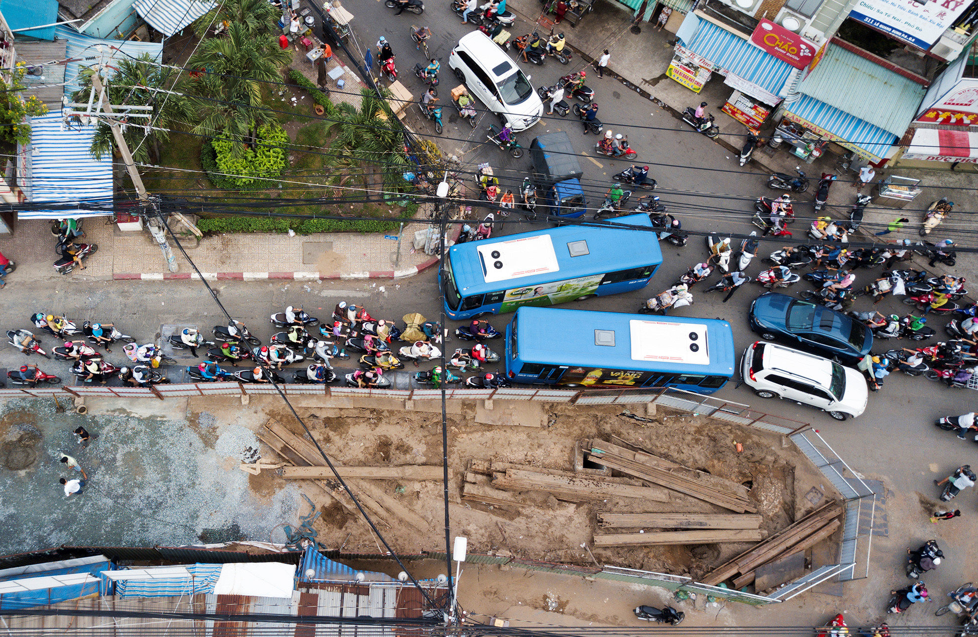 Cuối năm, lô cốt lại mọc lên khắp đường Sài Gòn Ảnh 1