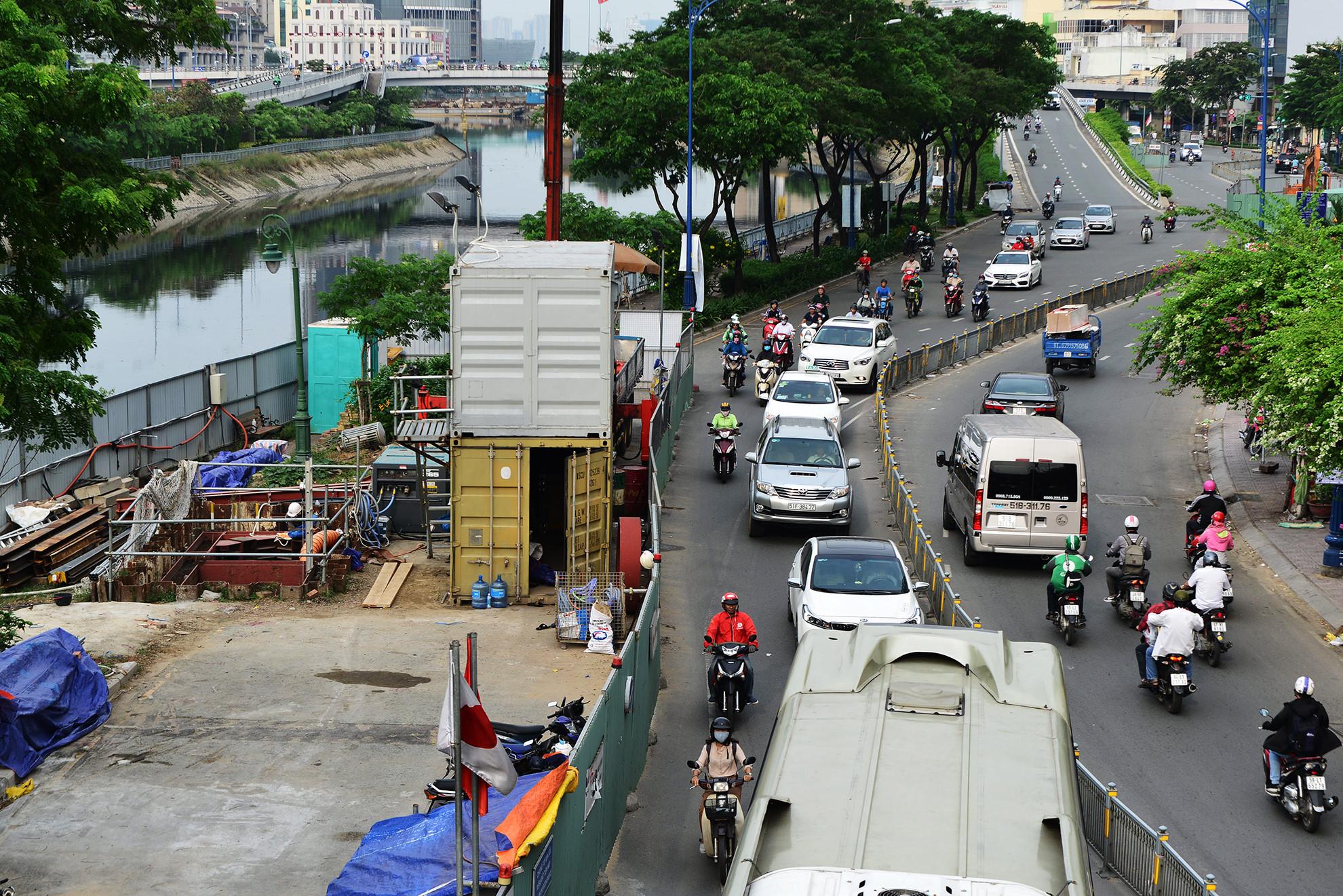 Cuối năm, lô cốt lại mọc lên khắp đường Sài Gòn Ảnh 7