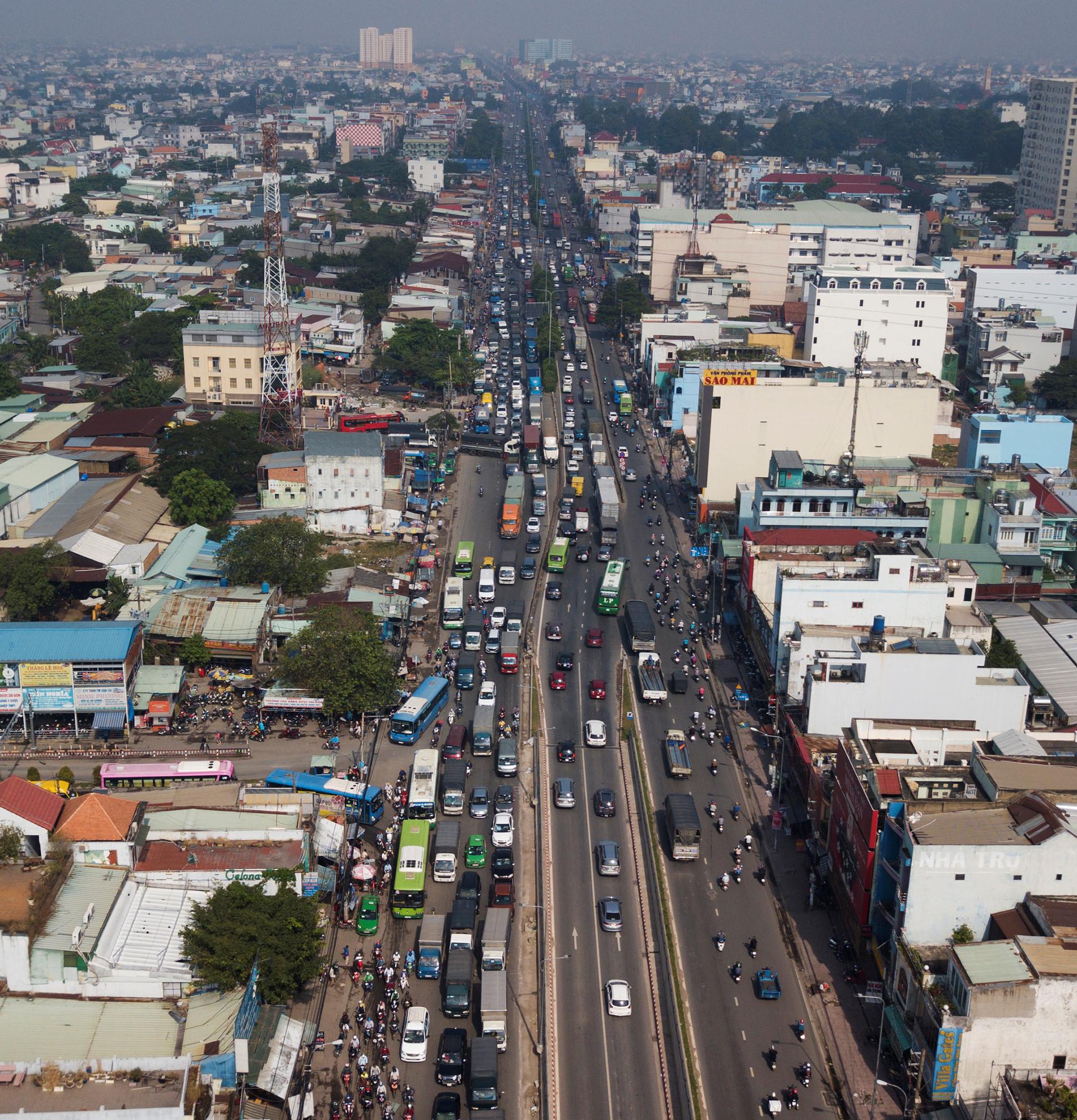 Cuối năm, lô cốt lại mọc lên khắp đường Sài Gòn Ảnh 16