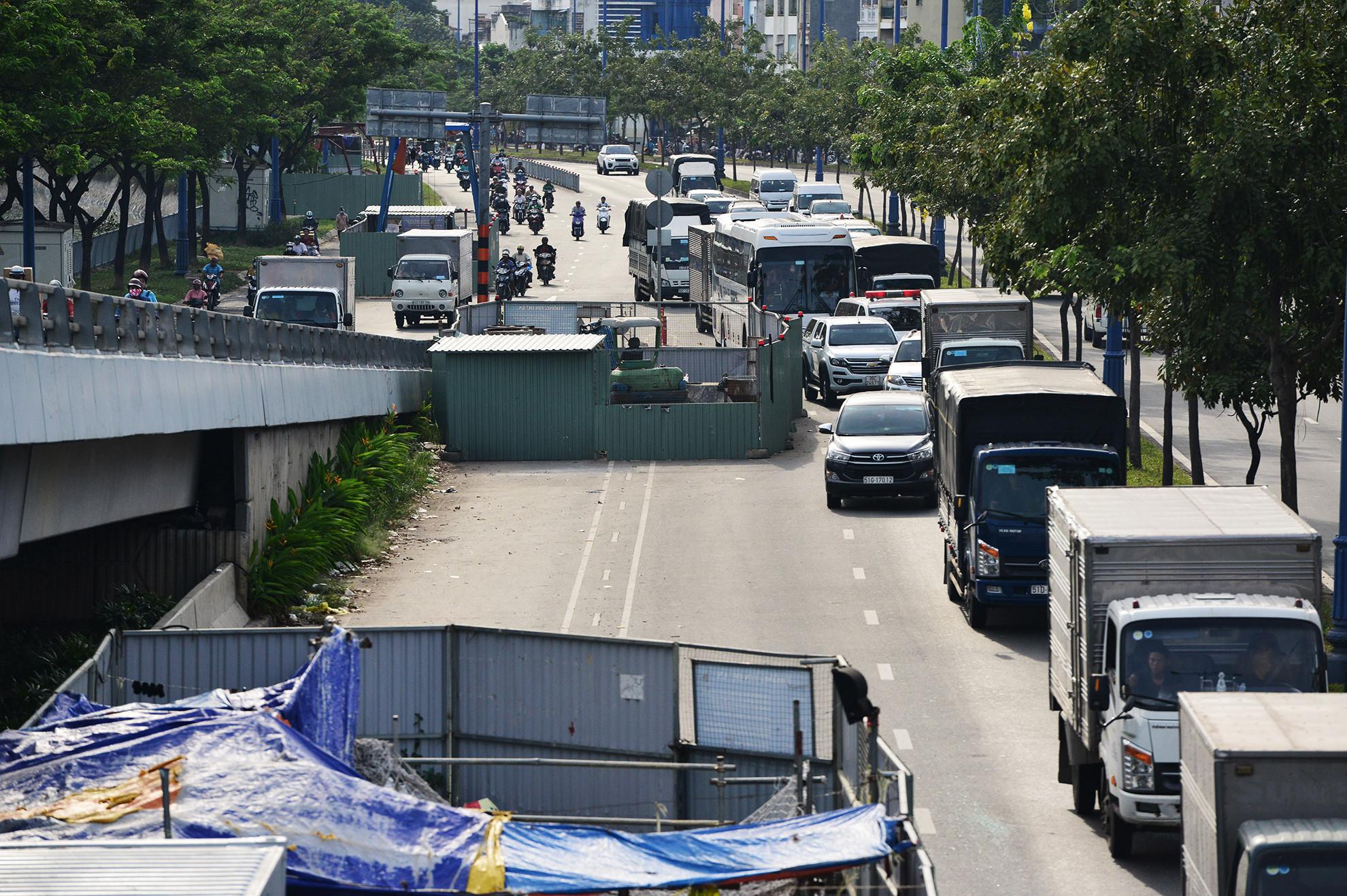 Cuối năm, lô cốt lại mọc lên khắp đường Sài Gòn Ảnh 8