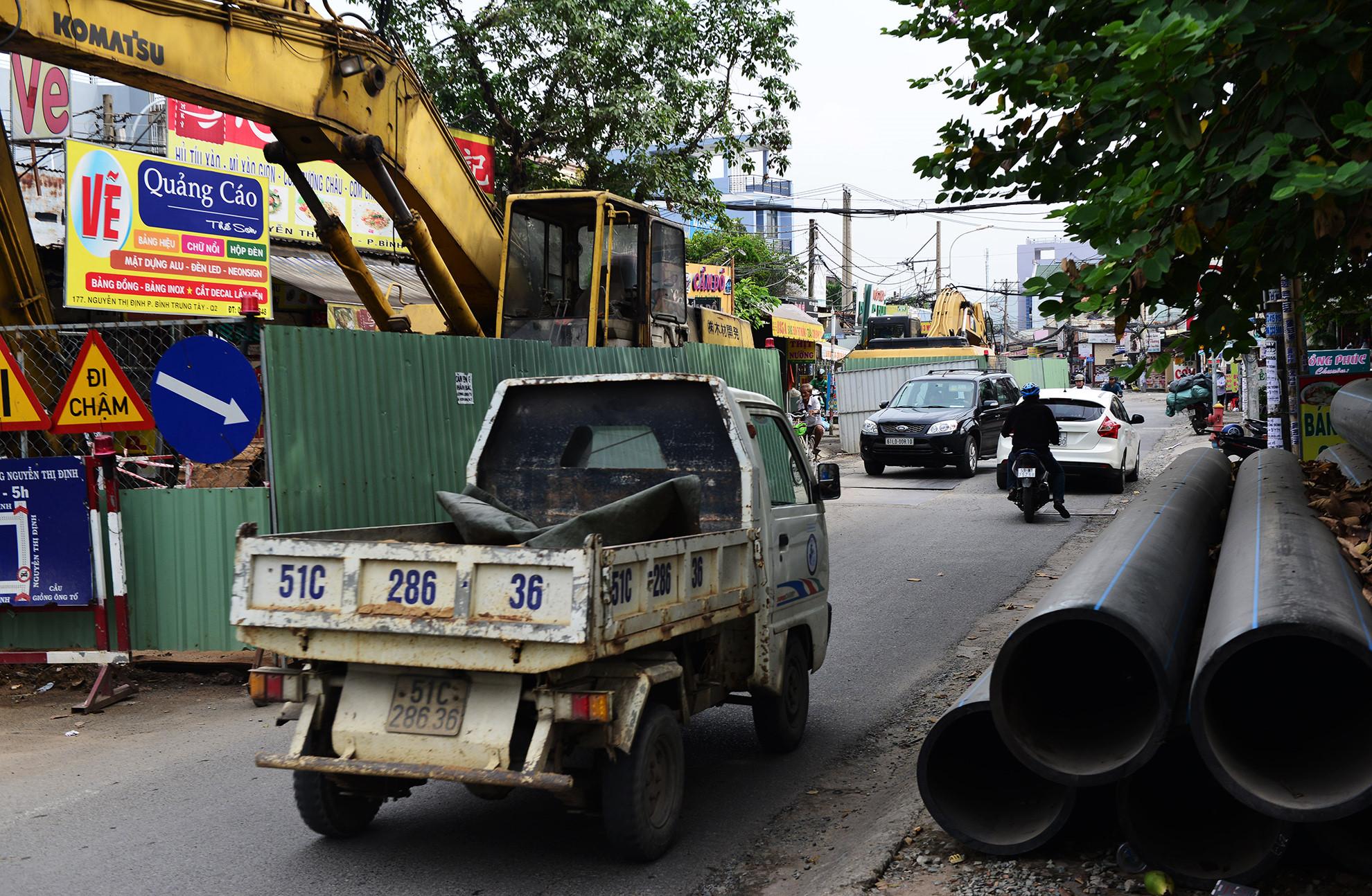 Cuối năm, lô cốt lại mọc lên khắp đường Sài Gòn Ảnh 12