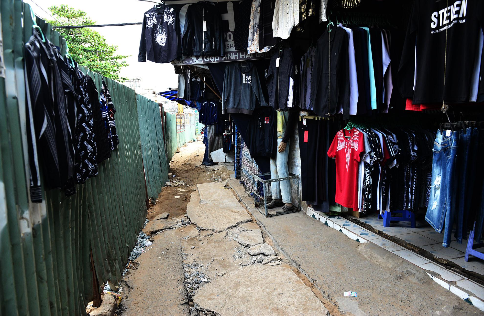 Cuối năm, lô cốt lại mọc lên khắp đường Sài Gòn Ảnh 5