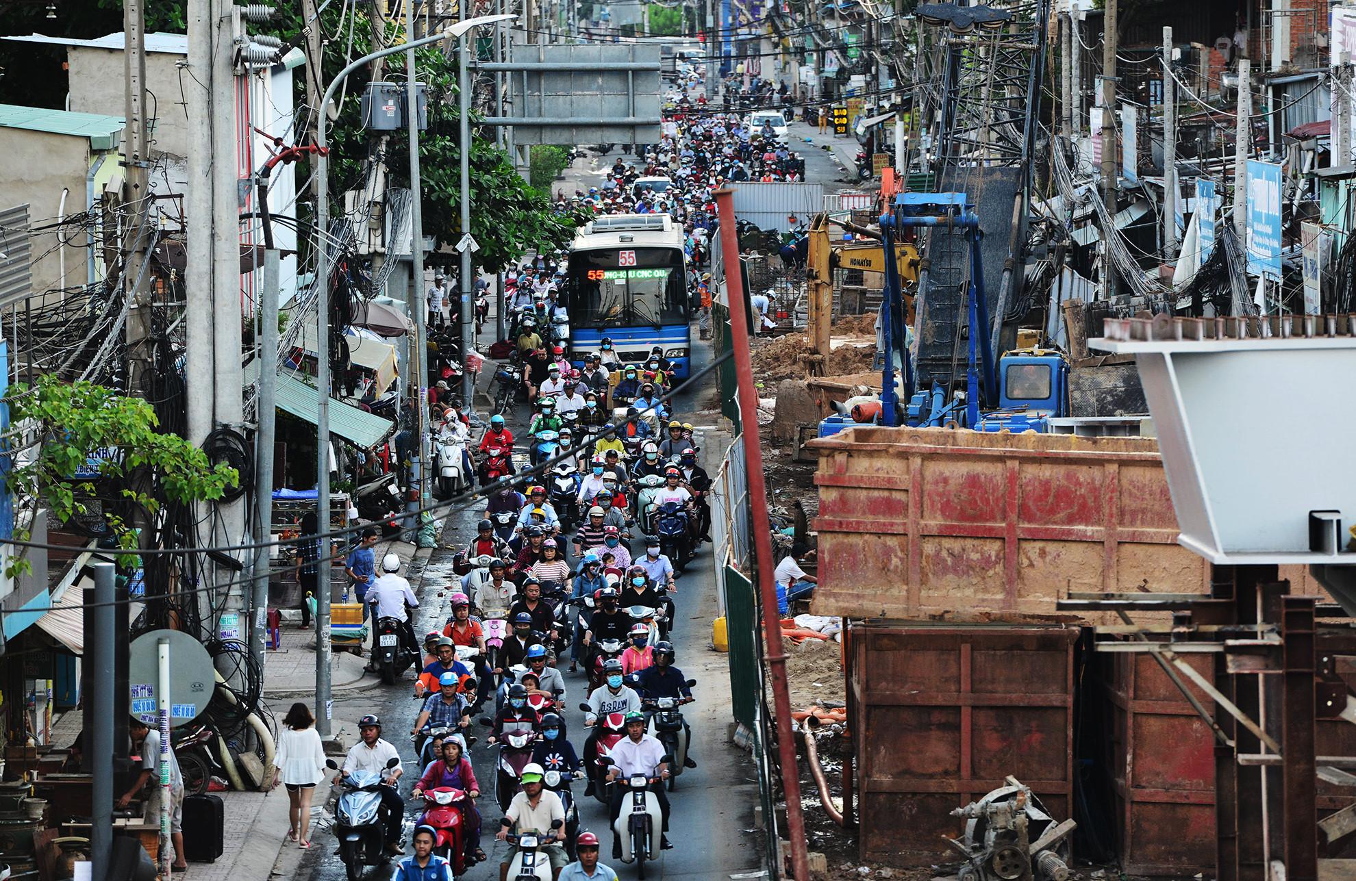 Cuối năm, lô cốt lại mọc lên khắp đường Sài Gòn Ảnh 14