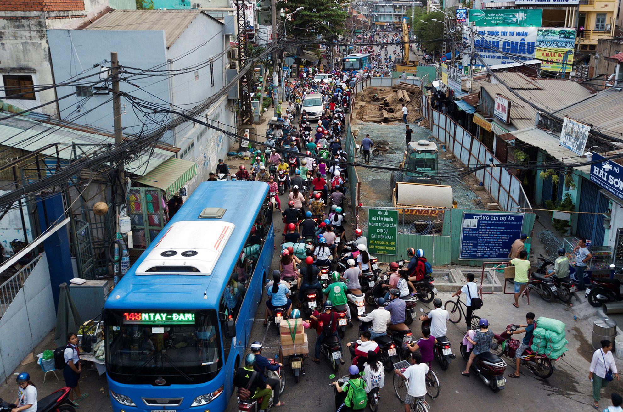 Cuối năm, lô cốt lại mọc lên khắp đường Sài Gòn Ảnh 2