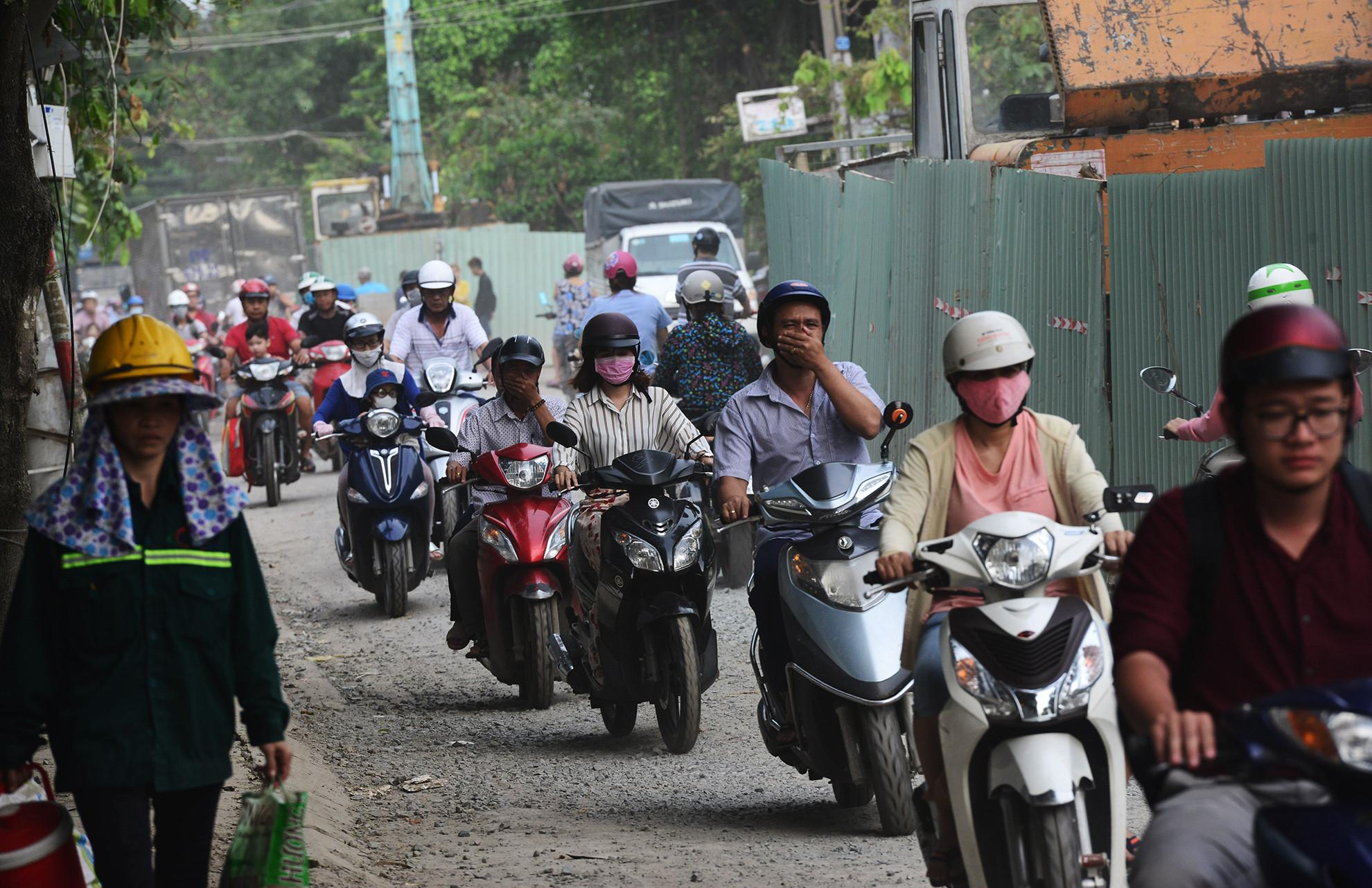 Cuối năm, lô cốt lại mọc lên khắp đường Sài Gòn Ảnh 11