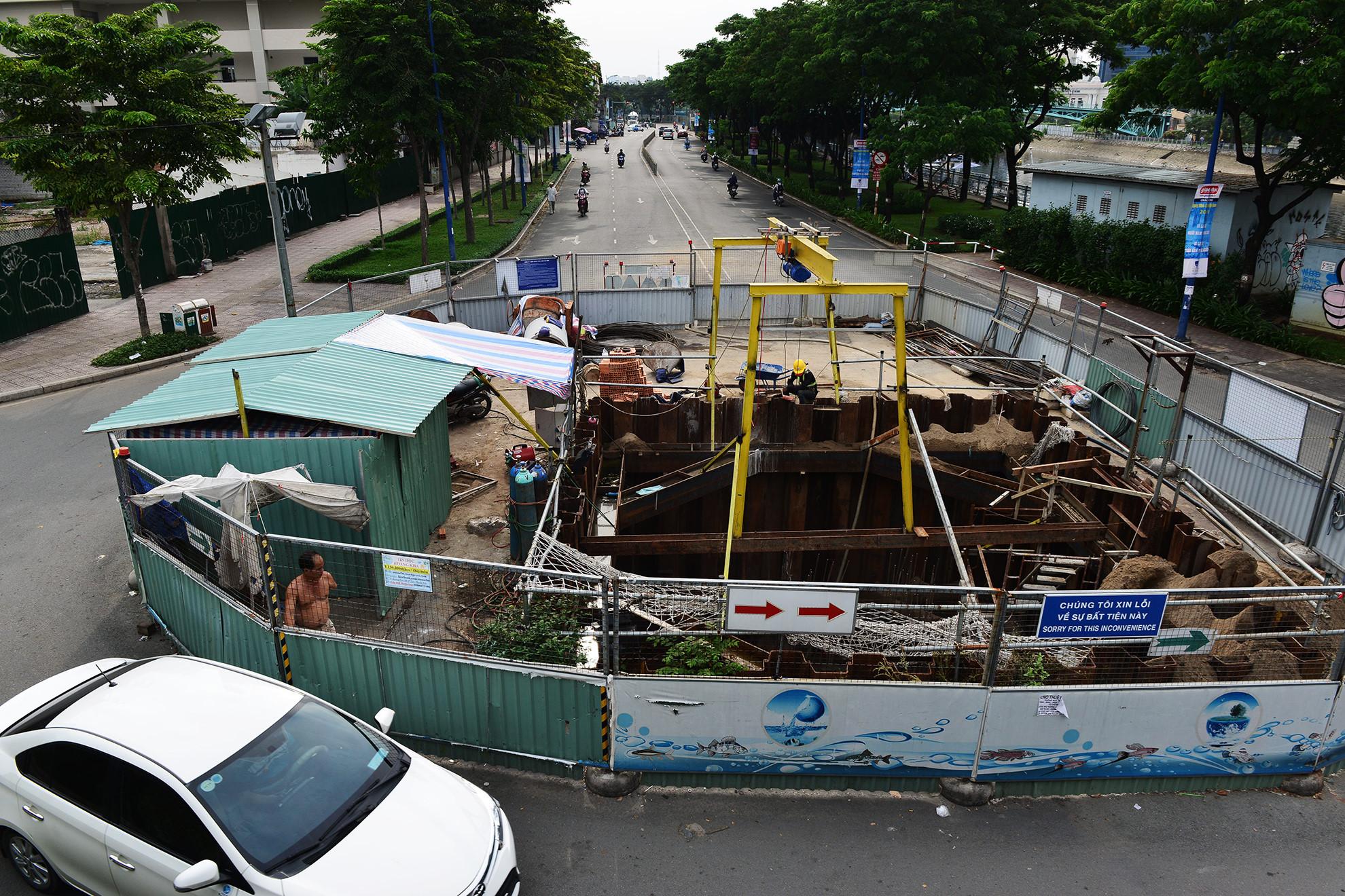 Cuối năm, lô cốt lại mọc lên khắp đường Sài Gòn Ảnh 6