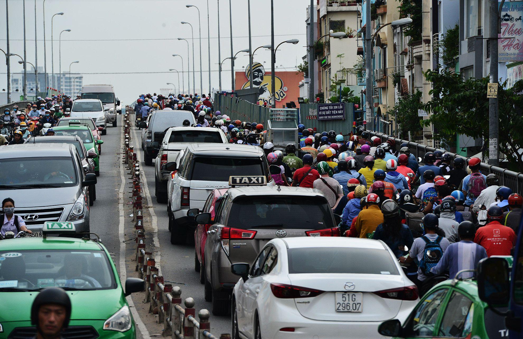 Cuối năm, lô cốt lại mọc lên khắp đường Sài Gòn Ảnh 9