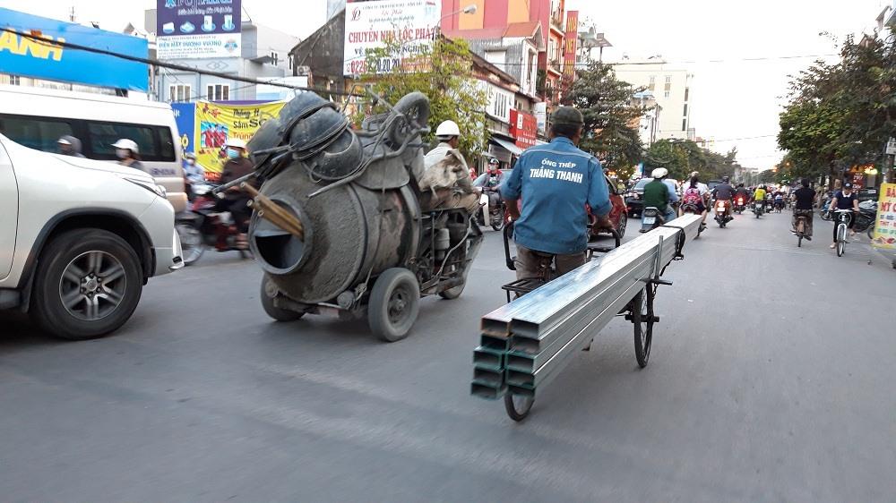 Người dân kinh hãi vì xích lô chở hàng cồng kềnh hoành hành trên phố Ảnh 2