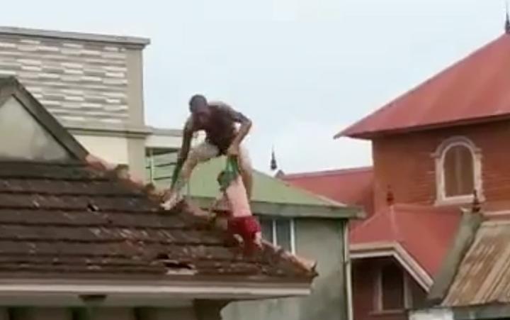 Khởi tố đối tượng ngáo đá xách con trên mái nhà Ảnh 2