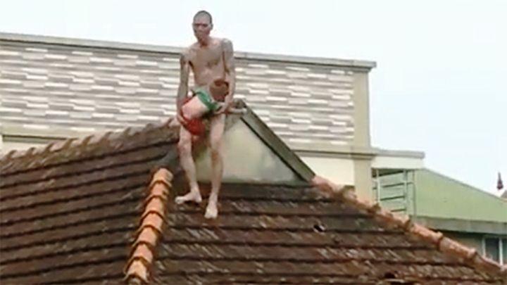 Khởi tố đối tượng ngáo đá xách con trên mái nhà Ảnh 10