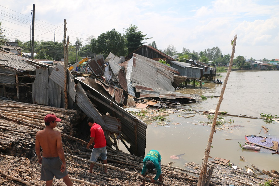 Sạt lở nghiêm trọng, 3 nhà dân bất ngờ chìm sông Long Xuyên Ảnh 1