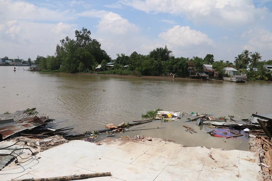 Sạt lở nghiêm trọng, 3 nhà dân bất ngờ chìm sông Long Xuyên Ảnh 2