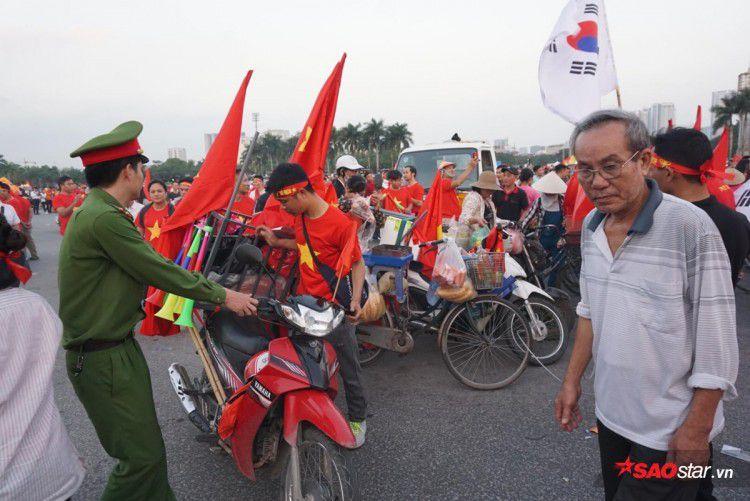 Lực lượng chức năng ra quân 'dẹp loạn' xe bán hàng rong trước cổng SVĐ Mỹ Đình Ảnh 2