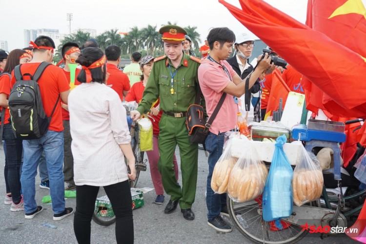 Lực lượng chức năng ra quân 'dẹp loạn' xe bán hàng rong trước cổng SVĐ Mỹ Đình Ảnh 6