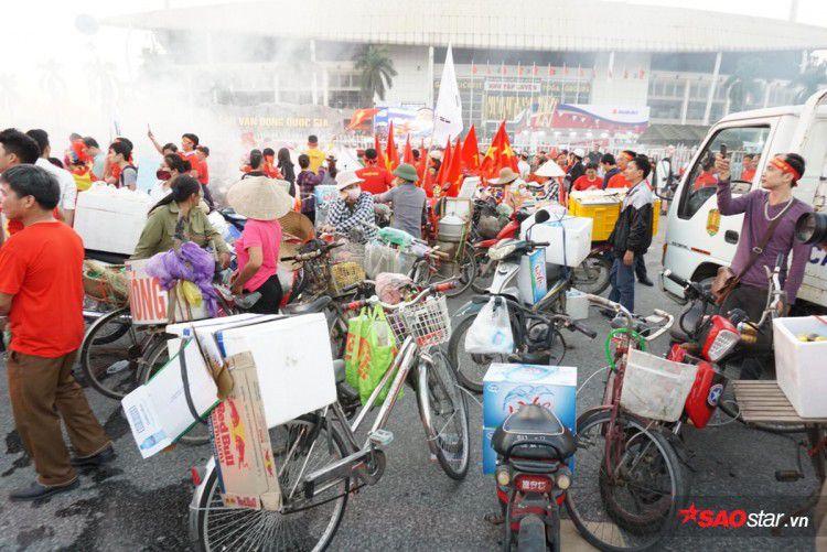 Lực lượng chức năng ra quân 'dẹp loạn' xe bán hàng rong trước cổng SVĐ Mỹ Đình Ảnh 4