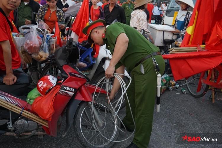 Lực lượng chức năng ra quân 'dẹp loạn' xe bán hàng rong trước cổng SVĐ Mỹ Đình Ảnh 3