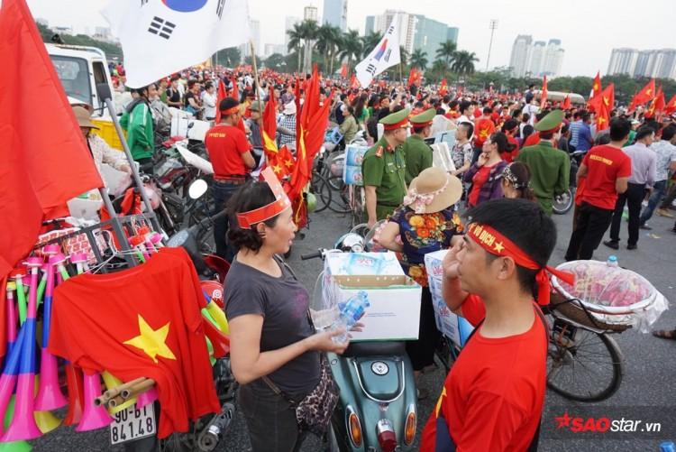 Lực lượng chức năng ra quân 'dẹp loạn' xe bán hàng rong trước cổng SVĐ Mỹ Đình Ảnh 5