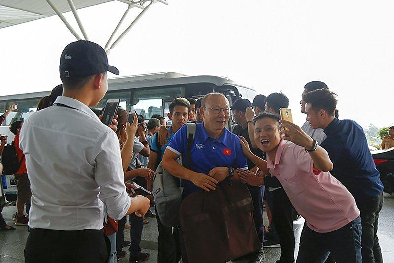 Tuyển Việt Nam tươi rói bay sang Malaysia đá chung kết Ảnh 1