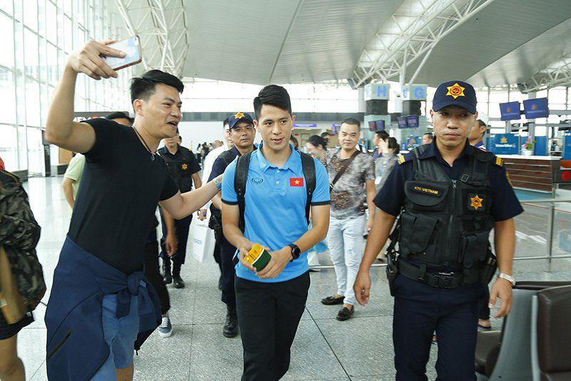 Tuyển Việt Nam tươi rói bay sang Malaysia đá chung kết Ảnh 7
