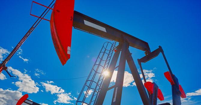 OPEC và Nga đồng ý giảm sản lượng, giá dầu tăng vọt Ảnh 1
