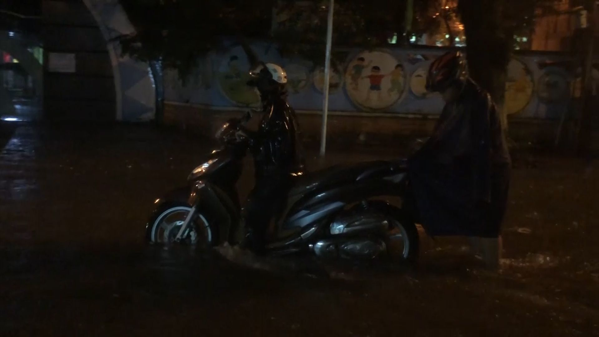 Mưa lớn suốt đêm, người dân TP. Quảng Ngãi 'bì bõm' trong biển nước Ảnh 3