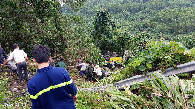 Xe khách rơi trên đèo Hải Vân, 23 người bị nạn Ảnh 1