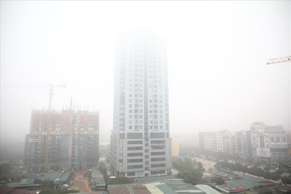 Sáng cuối tuần, người Hà Nội ra đường mà ngỡ ở Sapa mờ sương Ảnh 1