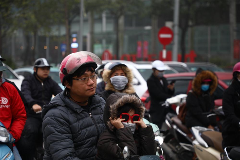 Sáng cuối tuần, người Hà Nội ra đường mà ngỡ ở Sapa mờ sương Ảnh 16