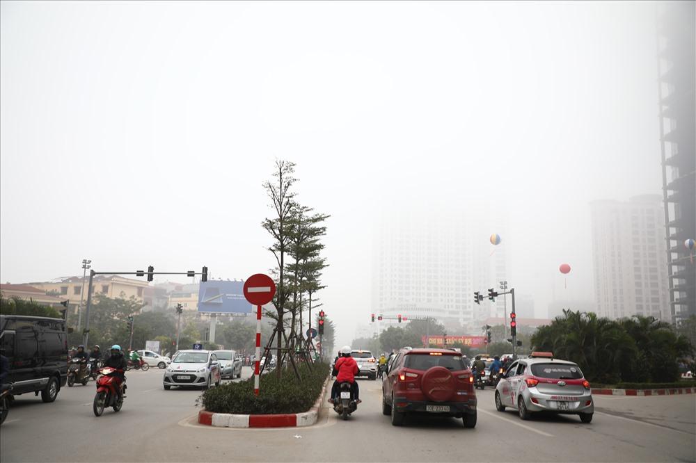 Sáng cuối tuần, người Hà Nội ra đường mà ngỡ ở Sapa mờ sương Ảnh 8