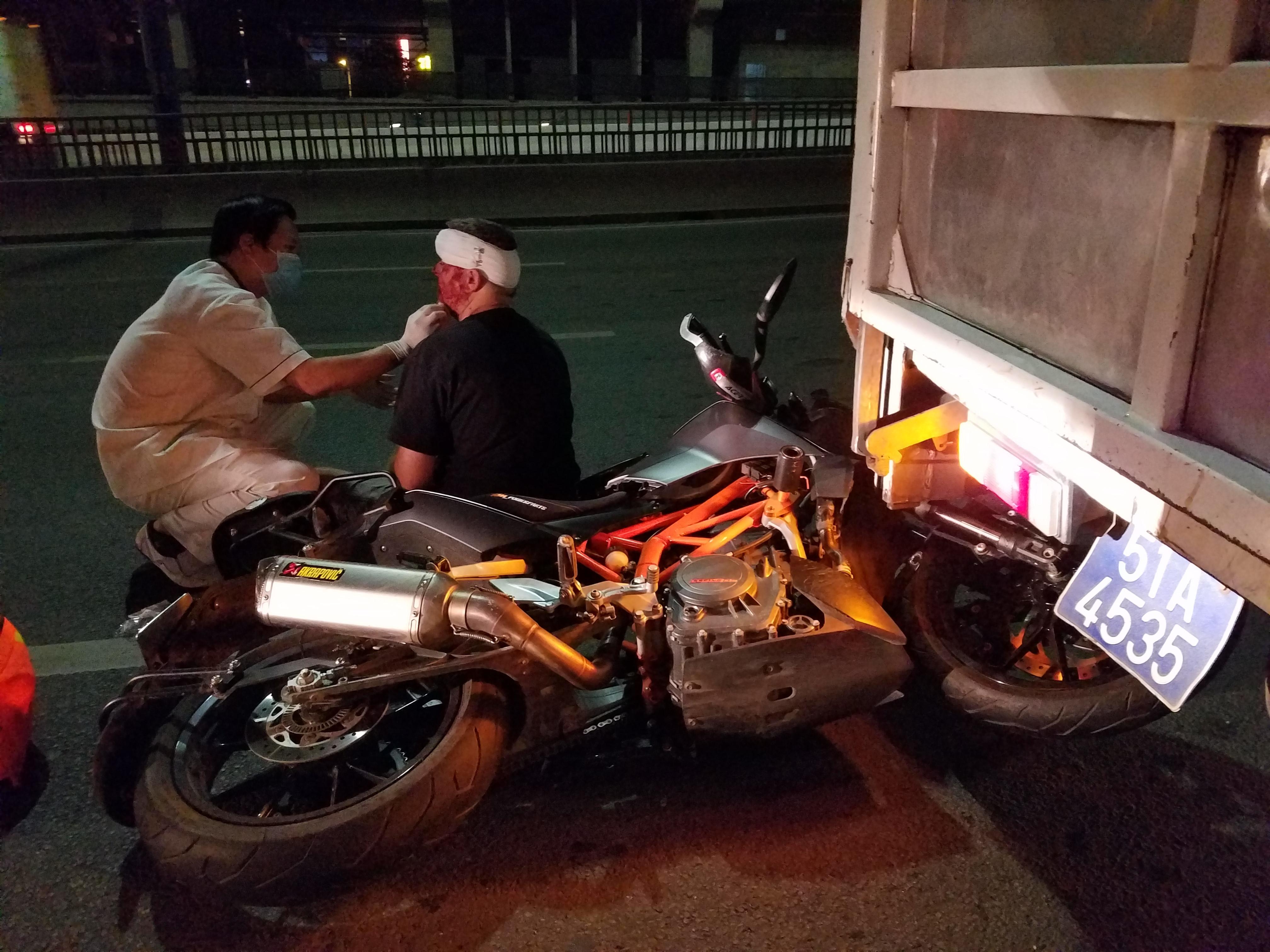 Liều chạy vào làn ô tô trên cầu Sài Gòn, 1 người chết, 2 người bị thương Ảnh 2