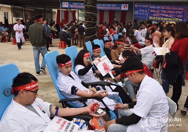 Hơn 1.000 cán bộ y tế Nghệ An hiến máu tình nguyện tại ngày hội 'Giọt hồng Blouse trắng' Ảnh 2