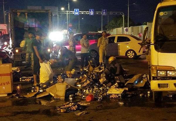 TP.HCM: Xe tải chở bia bị lật, người dân giúp tài xế nhặt số hàng bị đổ ra đường Ảnh 1