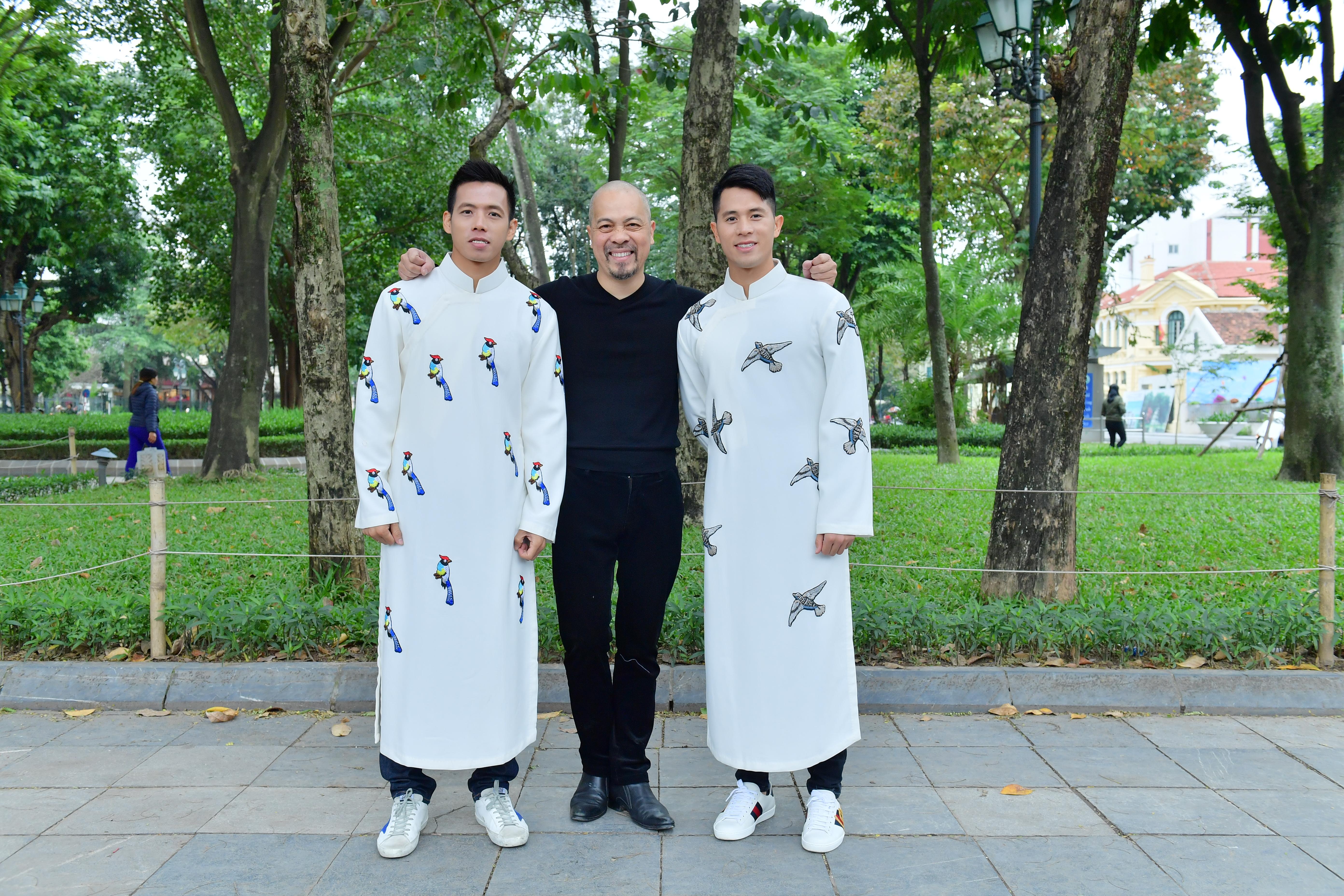 Quá quen với quần đùi áo số, Đình Trọng, Văn Quyết gây bất ngờ khi diện áo dài Ảnh 5