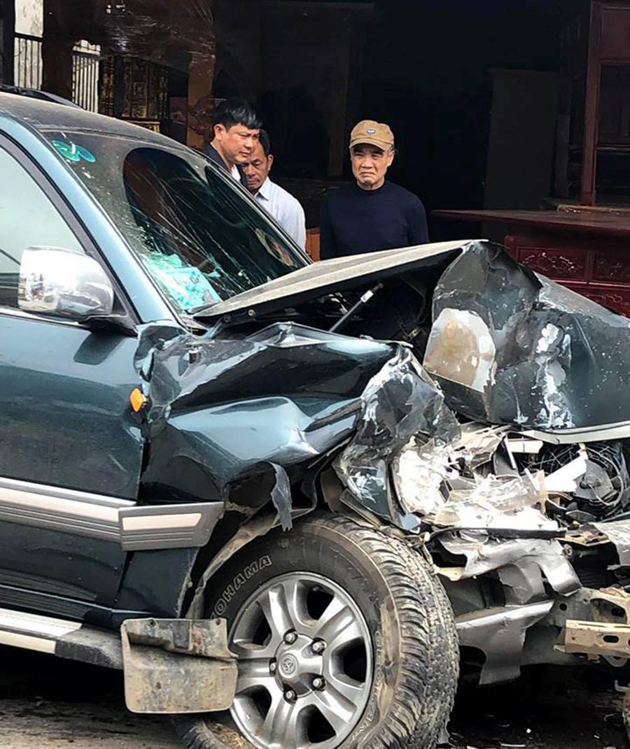 2 vợ chồng đi ôtô 7 chỗ thoát chết khi đâm trực diện 2 xe tải Ảnh 3