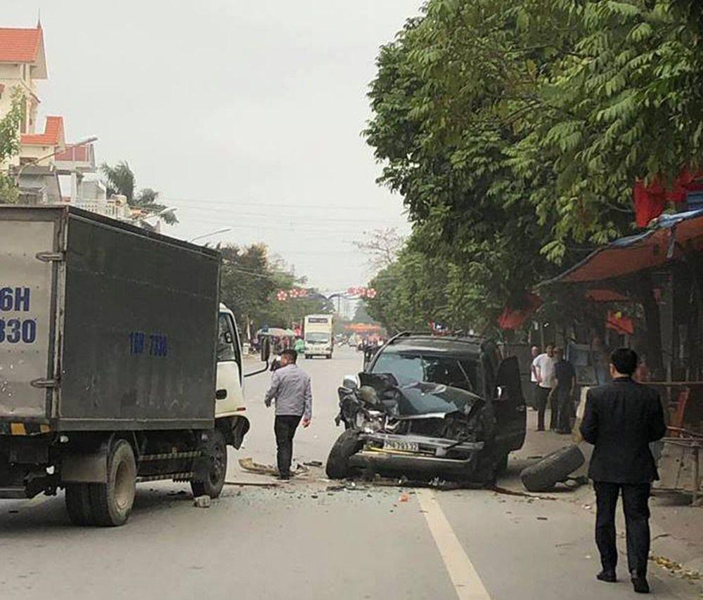 2 vợ chồng đi ôtô 7 chỗ thoát chết khi đâm trực diện 2 xe tải Ảnh 1