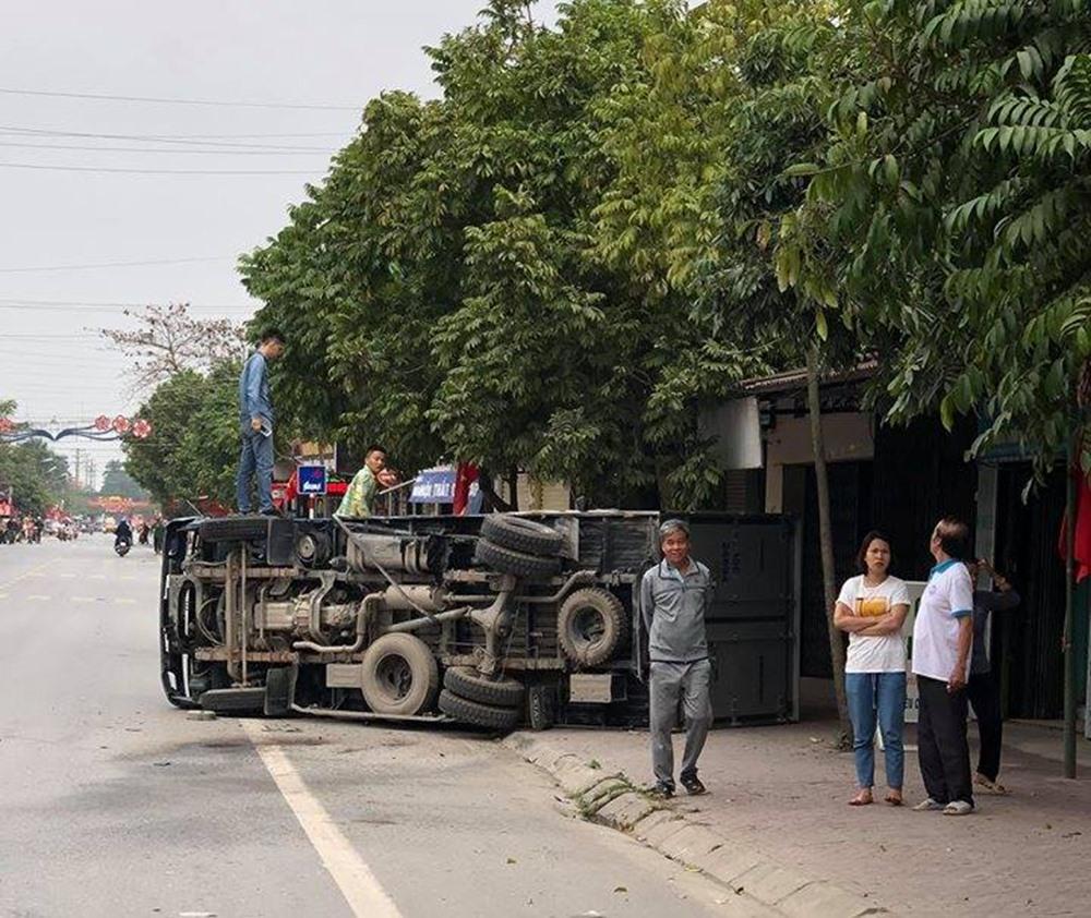 2 vợ chồng đi ôtô 7 chỗ thoát chết khi đâm trực diện 2 xe tải Ảnh 2