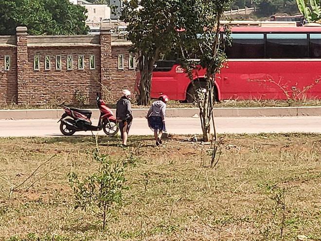 Đi vệ sinh ở bãi đất trống, hai cô gái khiến cả gia đình đang ăn cơm 'đỏ mặt' quay đi Ảnh 2