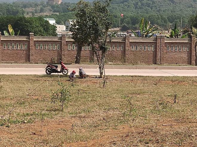 Đi vệ sinh ở bãi đất trống, hai cô gái khiến cả gia đình đang ăn cơm 'đỏ mặt' quay đi Ảnh 1