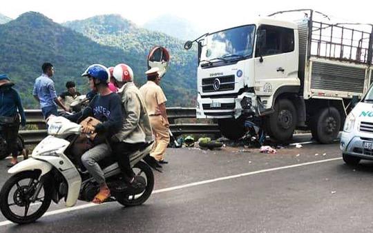 Phượt thủ 9X cùng xe máy găm vào đầu ôtô tải khi đổ đèo Bảo Lộc Ảnh 1