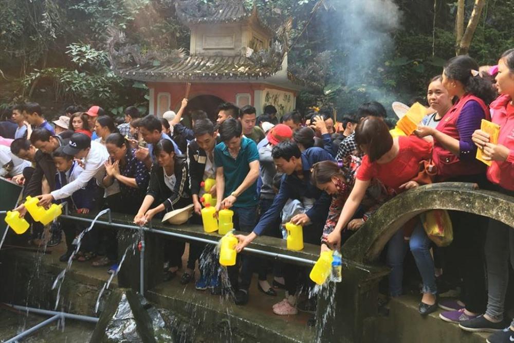 Hàng vạn người chen chân tại Na Sơn Động Phủ xin 'nước thánh' Ảnh 1