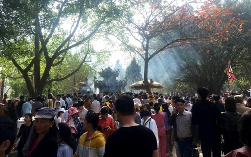 Hàng vạn người chen chân tại Na Sơn Động Phủ xin 'nước thánh' Ảnh 2