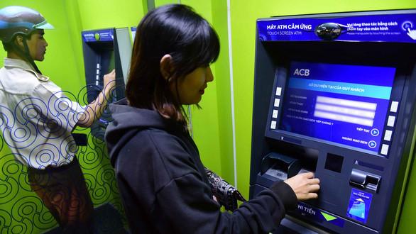 Khách hàng đã đi làm, nhiều ATM vẫn... nghỉ tết Ảnh 1