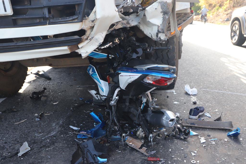 Xe máy tông trực diện xe tải, một phượt thủ nguy kịch Ảnh 2