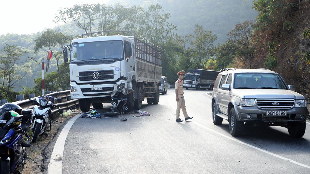 Xe máy tông trực diện xe tải, một phượt thủ nguy kịch Ảnh 1
