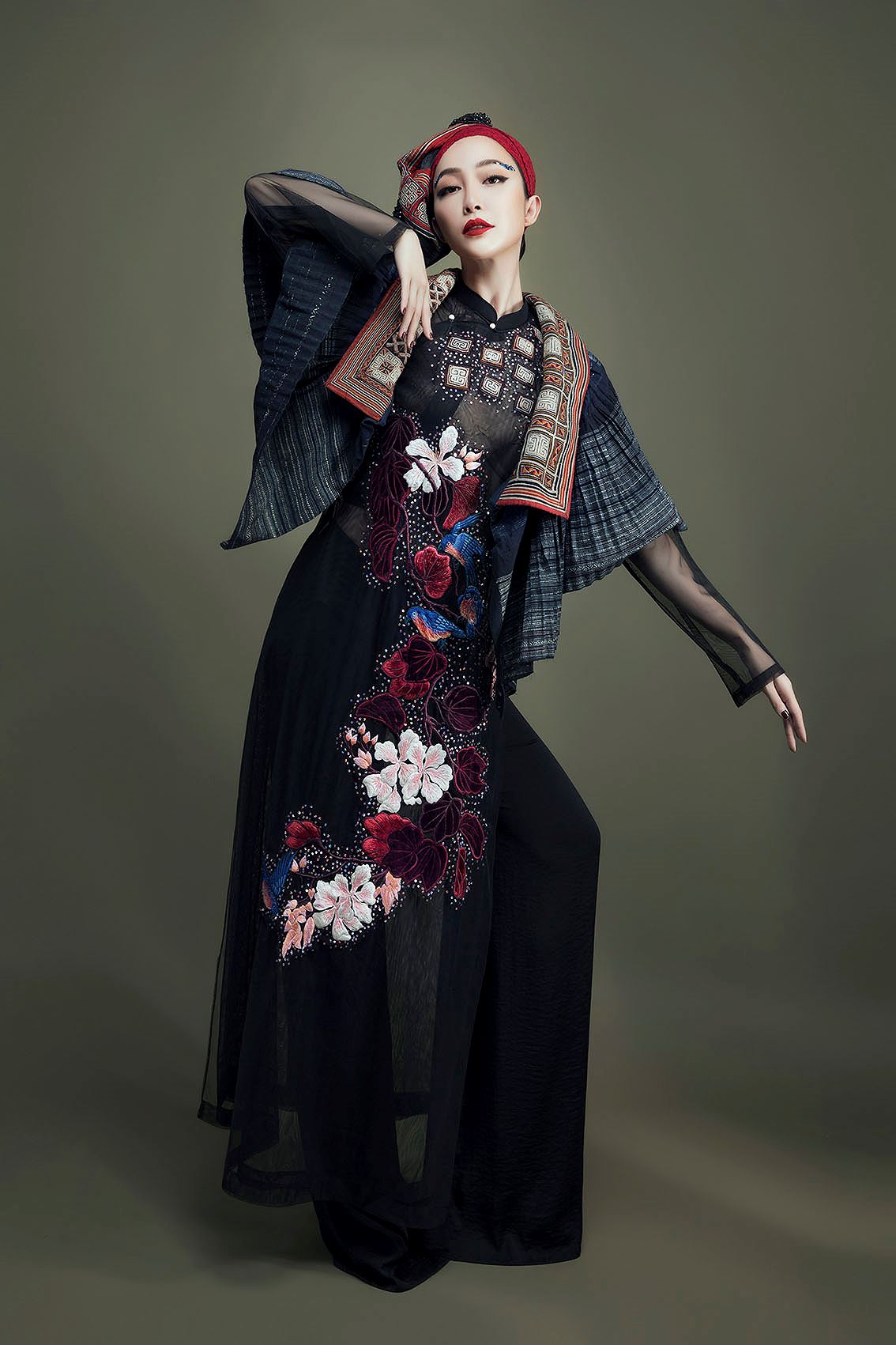 'Chim công làng múa' Linh Nga hóa nàng xuân Tây Bắc với áo dài hoa ban Ảnh 4