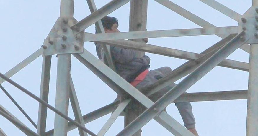 Kẻ nghi ngáo đá bị khống chế sau 36 giờ cố thủ trên cột điện cao thế Ảnh 2